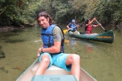 As canoas e as límpidas águas do rio Jaguareguava.