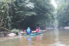A canoa e as límpidas águas do rio Jaguareguava.