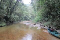 A canoa e as águas cristalinas do rio Jaguareguava.
