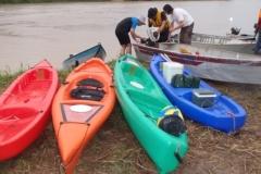 Barco, caiaques e os equipamentos sendo providenciados para a partida.