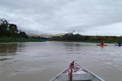 Descendo o rio rio Paraíba do Sul, avistando a ponte ferroviária em Pindamonhangaba.
