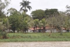 Algumas belas casas à margem do rio Paraíba do Sul.