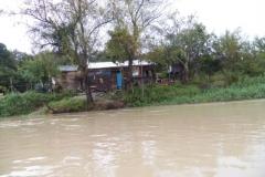 Casas simples à margem do rio Paraíba do Sul.