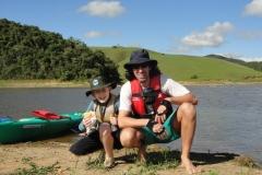 Tio e sobrinho, família reunida na água também.