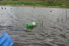 Infelizmente, o lixo na represa. Tristes vestígios da ocupação humana.