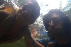 Tentando poses debaixo d'água.